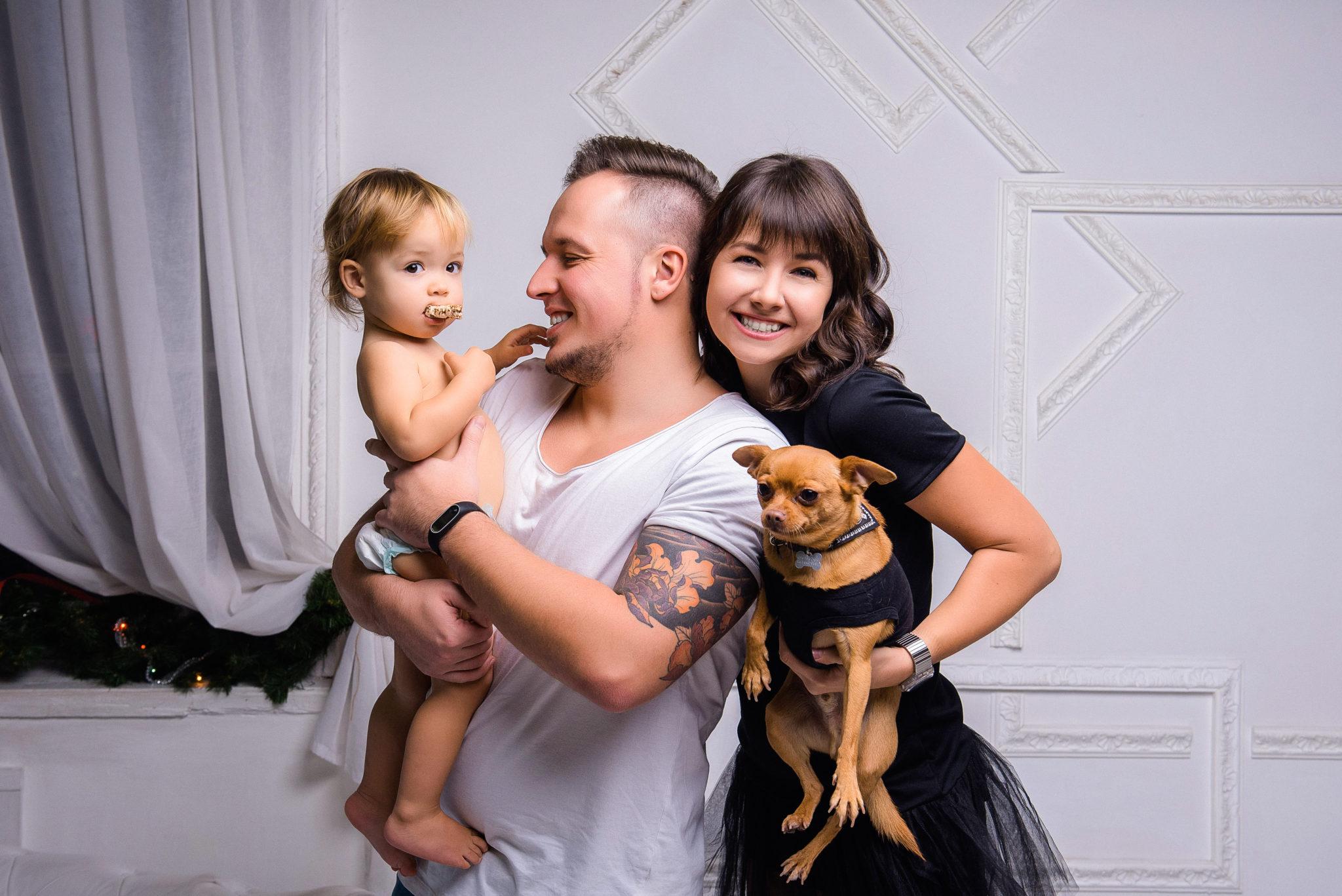 Портфолио студийная семейная фотосессия, семья из трех человек с собачкой на руках, на белом фоне