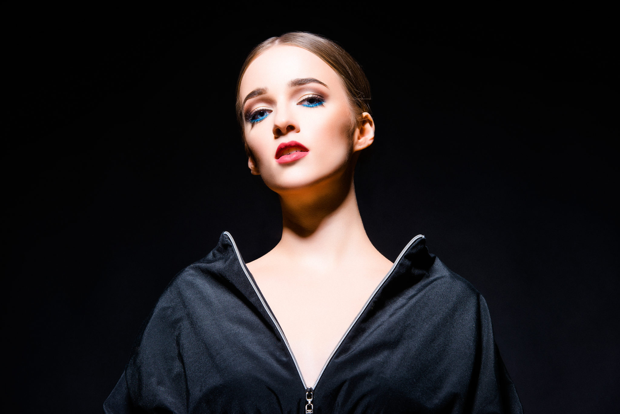 Гайд как выбрать тушь для ресниц, девушка, Алиса Постникова, на черном фоне, близкий портрет