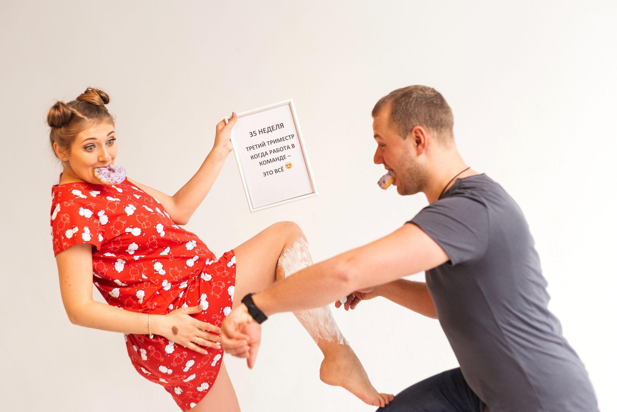 Портфолио фотосессии беременности в студии, фотограф Алиса Постникова, фотография пары, шутливая композиция, цветное фото
