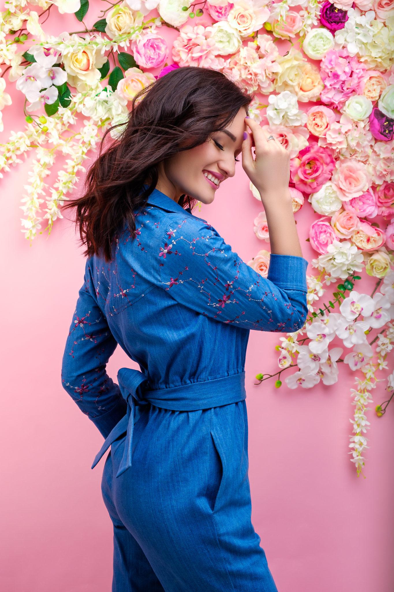 Фотосессия Премиум, модель Диана Глостер, фотограф Алиса Постникова, девушка в джинсовом костюме стоит на розовом цветочном фоне