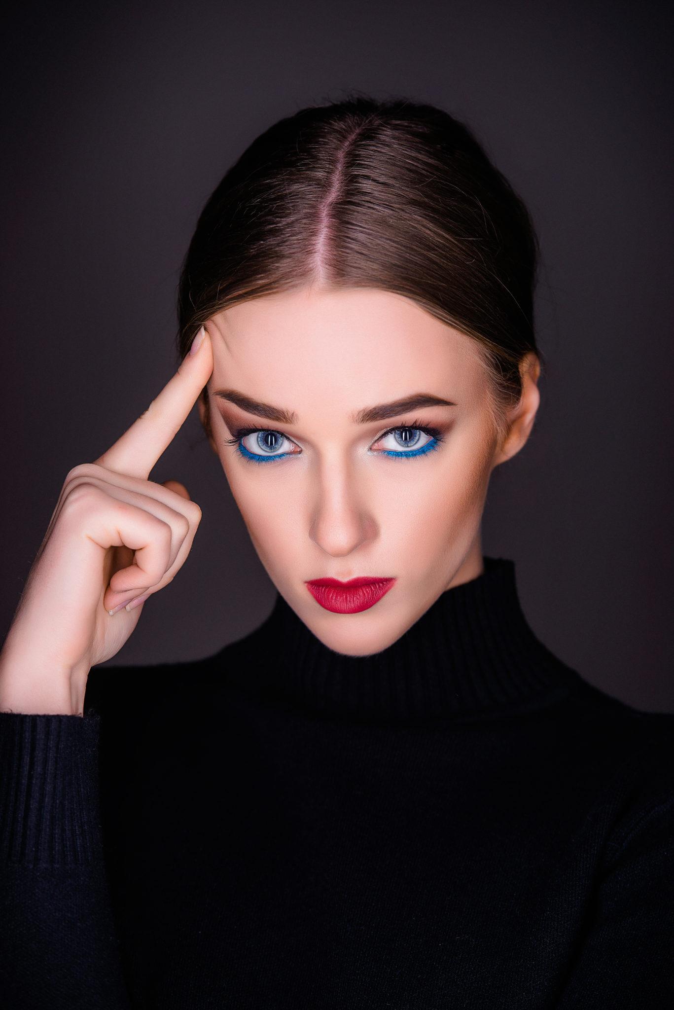 Фотосессия Премиум, модель Алиса Постникова, портрет на черном фоне