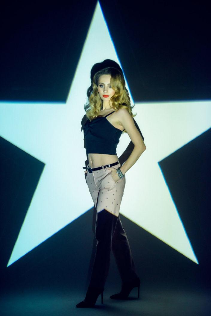 Съемка с проектором, фотосессия с проектором, цвет, девушка стоит на фоне белой звезды