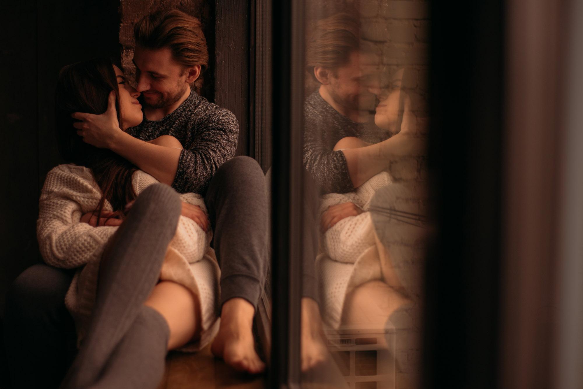 Фотосессия Love Story в студии, девушка и парень обнимаются на подоконнике