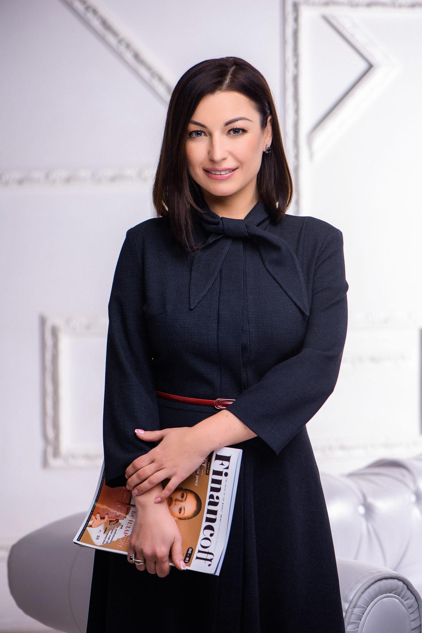 Деловой портрет, бизнес портфолио, портрет дамы в темной платье с журналом в руках