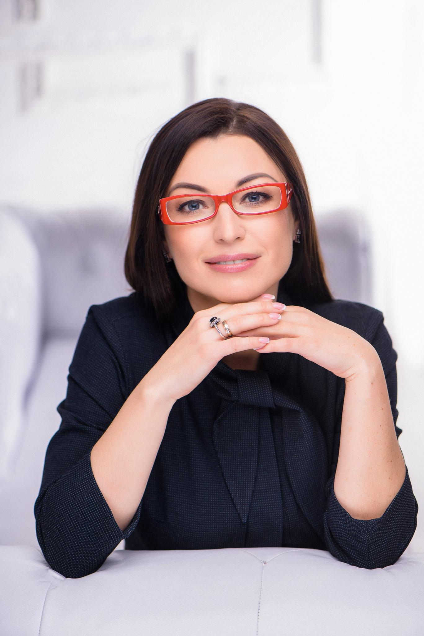 Деловой портрет, бизнес портфолио, портрет дамы в темной платье и в красных очках