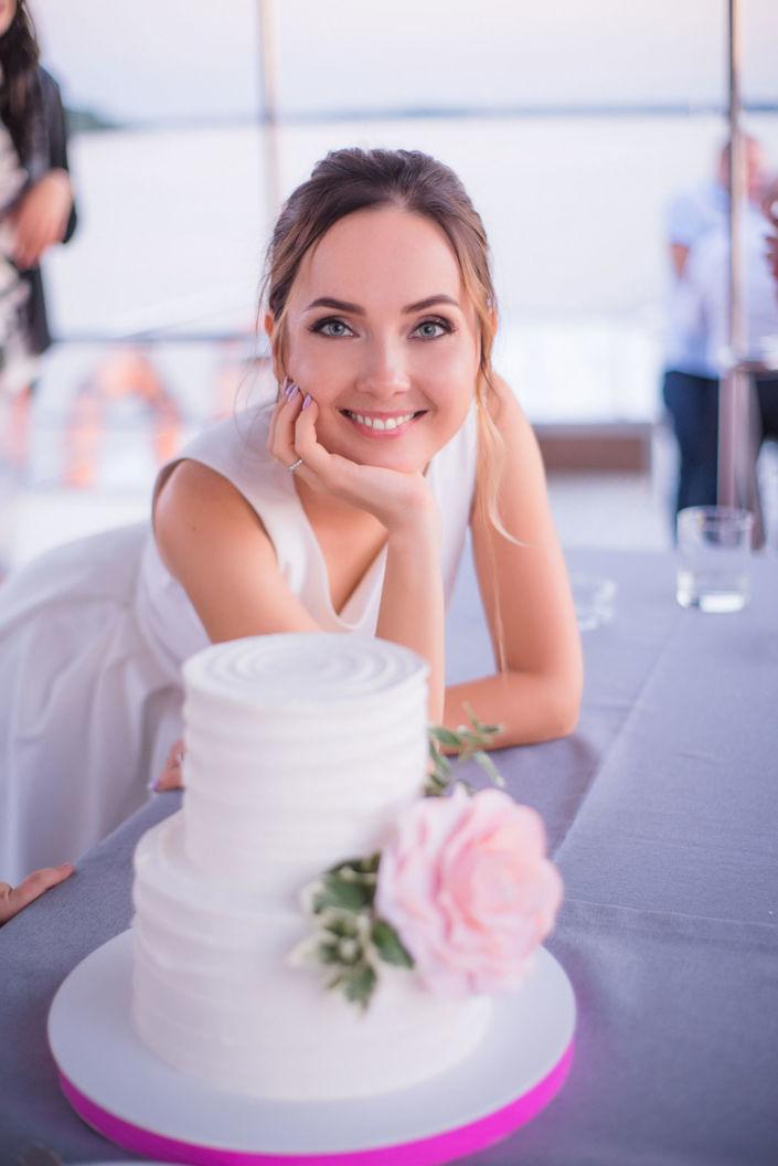 Фотосессия свадьбы, ph Постникова, 2018, Киев, невеста с свадебным тортом