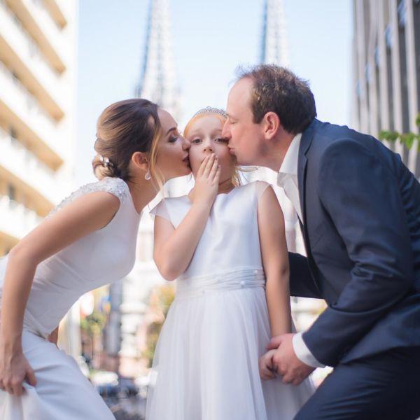 Фотосессия свадьбы, ph Постникова, 2018, Киев, фото пары с ребенком на против Костёла