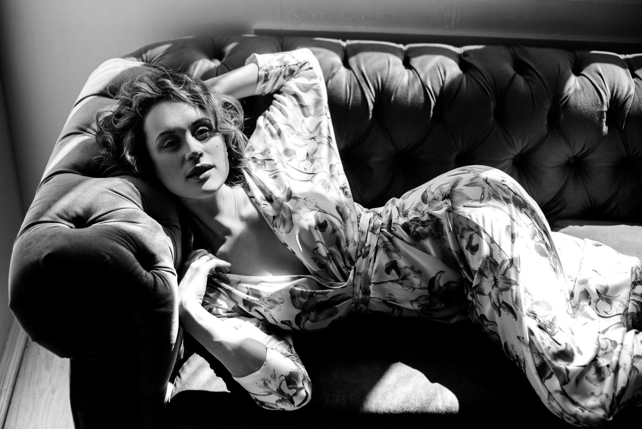 Фотосессия с визажем, девушка в платье лежит на диване, чб фото. ph Постникова