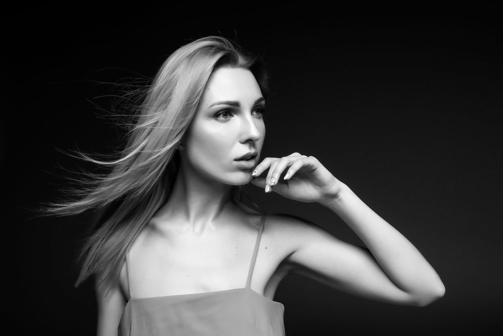 Фотосессия с визажем, девушка в платье на черном фоне, чб фото. ph Постникова