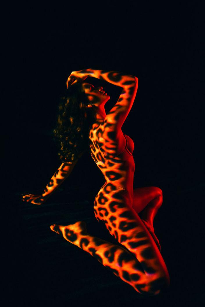 Съемка с проектором, фотосессия с проектором, цвет, девушка сидит на коленях, оранжевые пятна