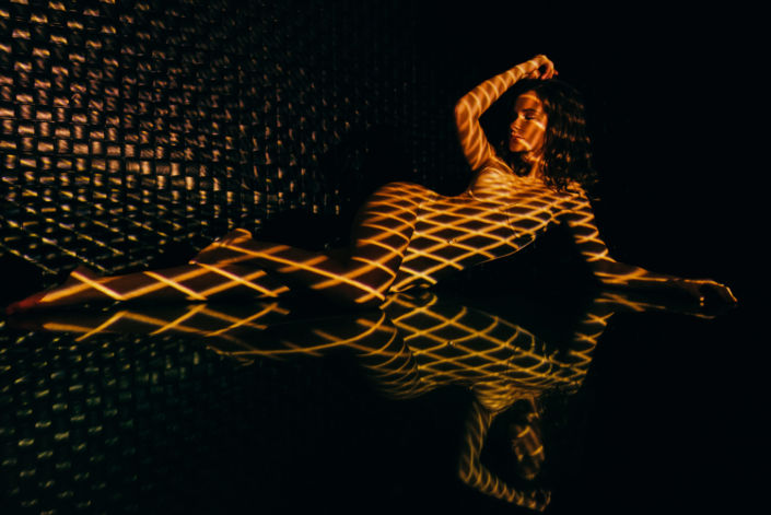 Съемка с проектором, фотосессия с проектором, цвет, девушка лежит на черном фоне, желтые линии