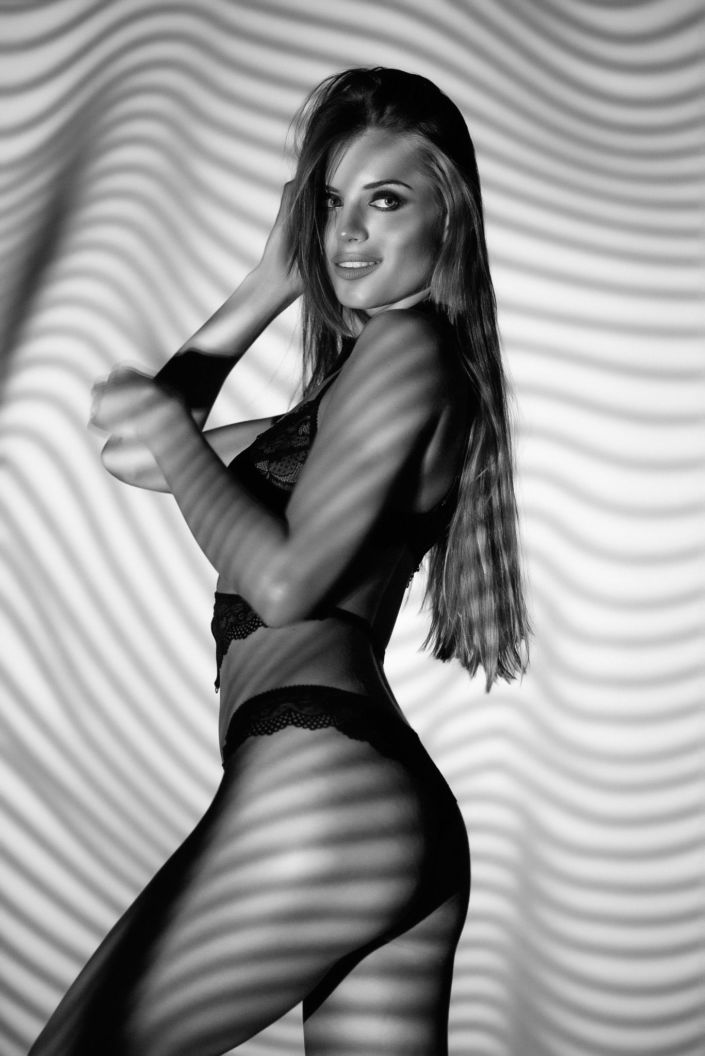 Съемка с проектором, фотосессия с проектором, чб, девушка в белье стоит в на белом фоне