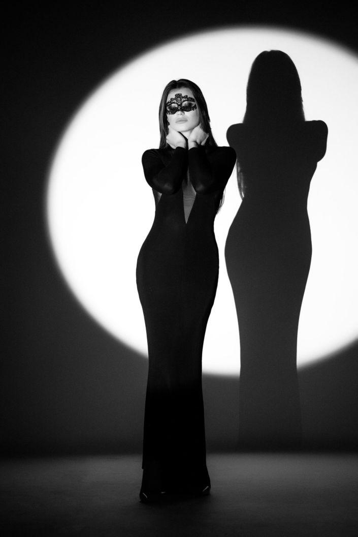 Съемка с проектором, фотосессия с проектором, чб, девушка в черном платье и в маске на фоне белого круга