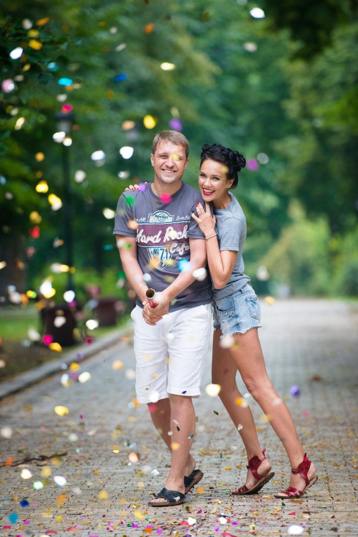 Love story фотосессия, на природе, прогулка по Киеву, пара выпускает конфети