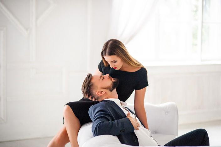 Love story фотосессия, в студии, пара на белом диване на фоне окна
