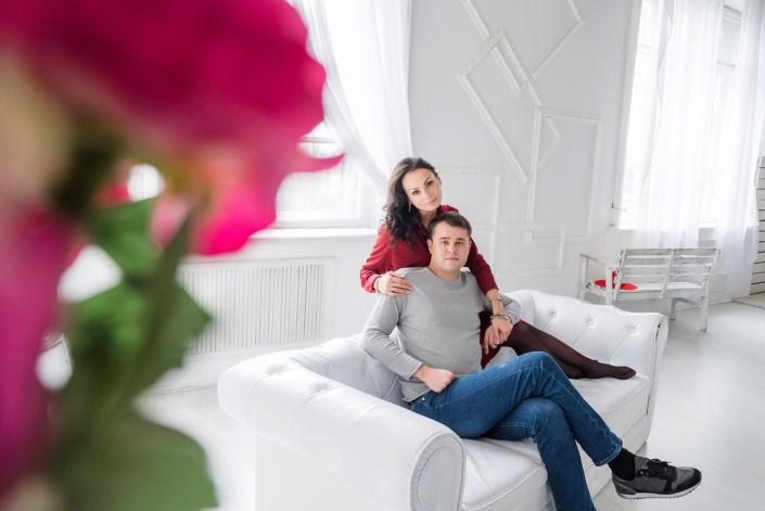 Love story фотосессия, в студии, пара у окна на диване