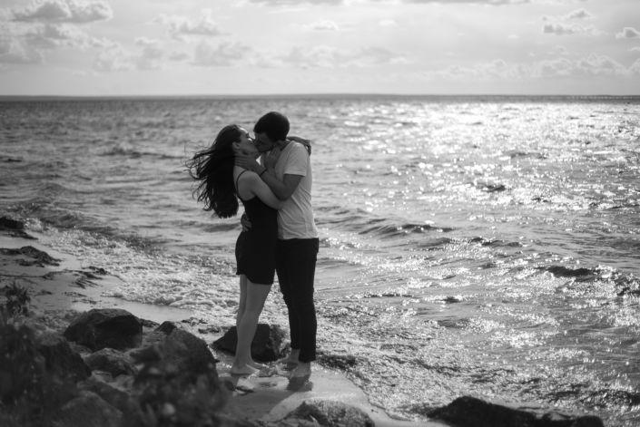 Love story фотосессия, на природе, фото пары на пляже, чб