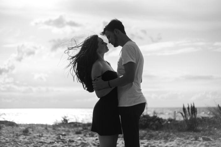 Love story фотосессия, на природе, фото пары на пляже, чб 1