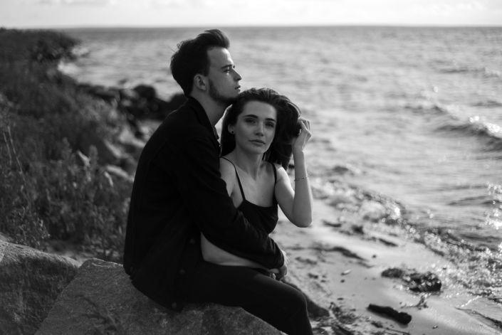 Love story фотосессия, на природе, фото пары на пляже, чб 3