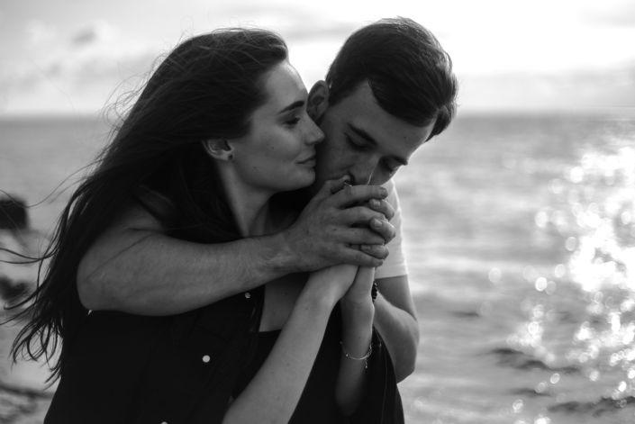 Love story фотосессия, на природе, фото пары на пляже, чб 5