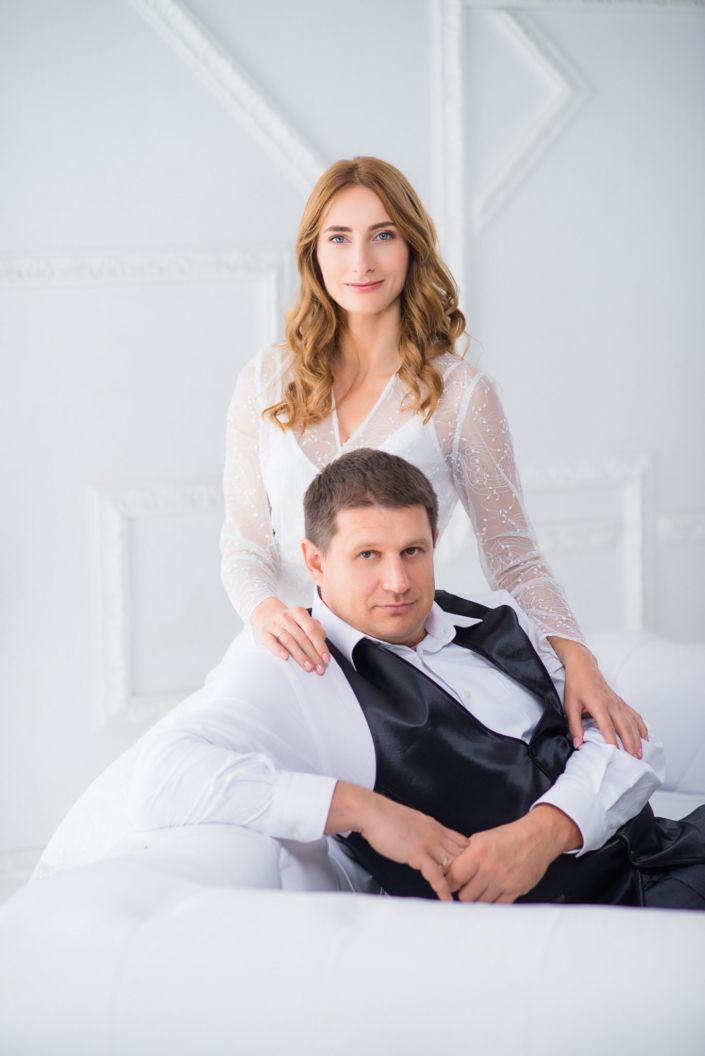 Love story фотосессия, в студии, пара на белом фоне в белом