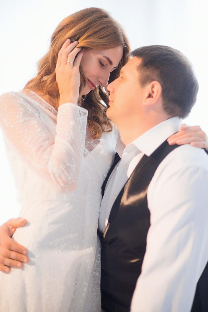 Love story фотосессия, в студии, пара на белом фоне в белом 1