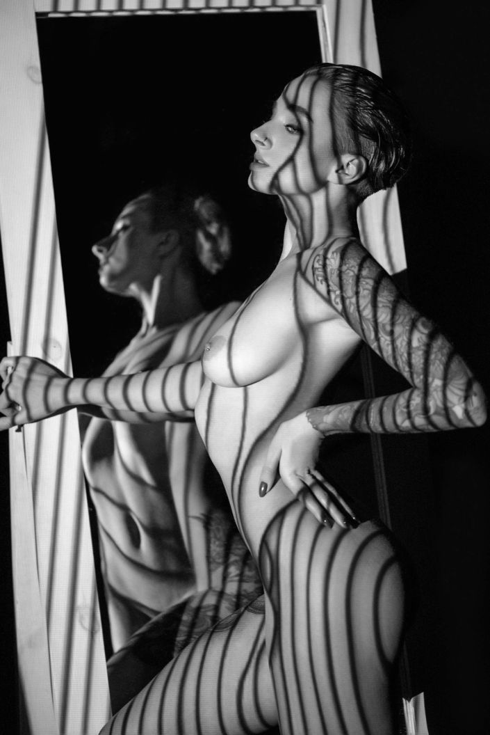 Эротическая фотосессия, фотограф Алиса Постниковой, модель Валерия Ионеску, обнаженная возле зеркала, чб, проектор