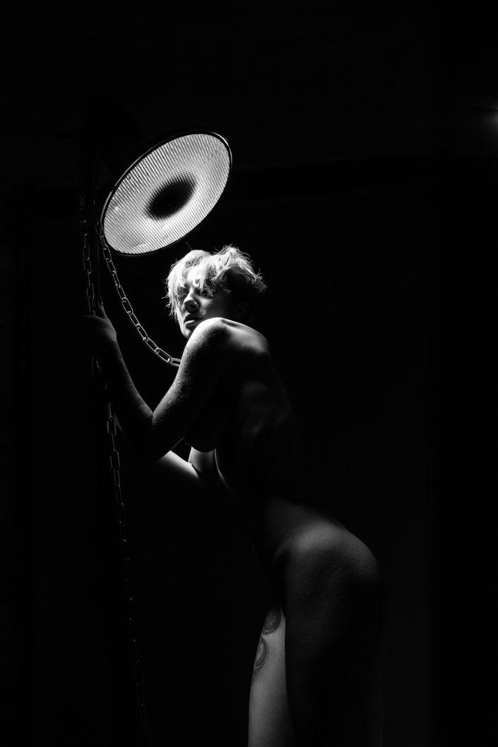 Эротическая фотосессия, фотограф Алиса Постниковой, модель Валерия Ионеску, обнаженная под вспышкой с цепями в руках, чб фото