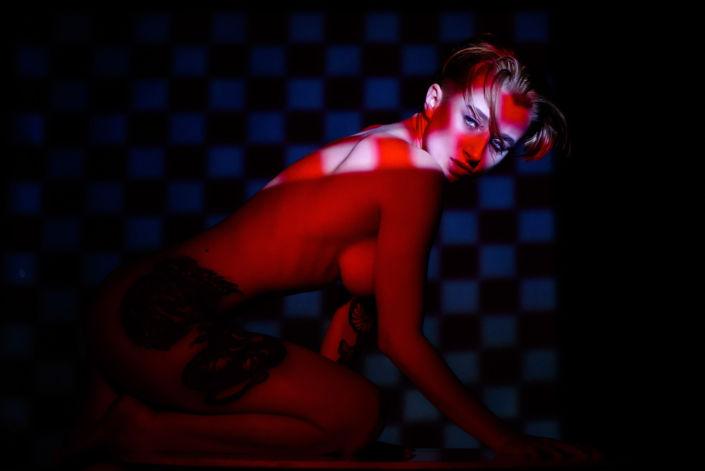 Эротическая фотосессия, фотограф Алиса Постниковой, модель Валерия Ионеску, обнаженная на коленях, проектор, цветное фото