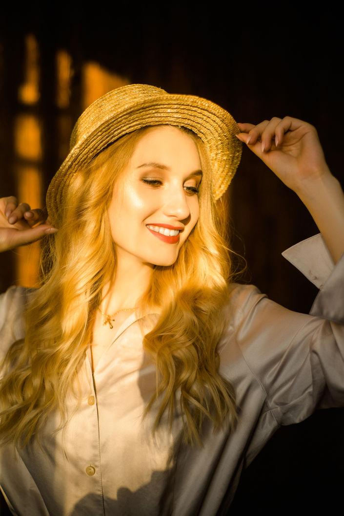 Фотосессия мини, девушка в шляпке, заходящее солнце