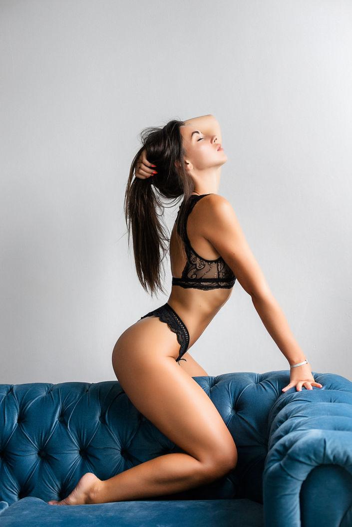 Фотосессия мини, девушка в белье на диване