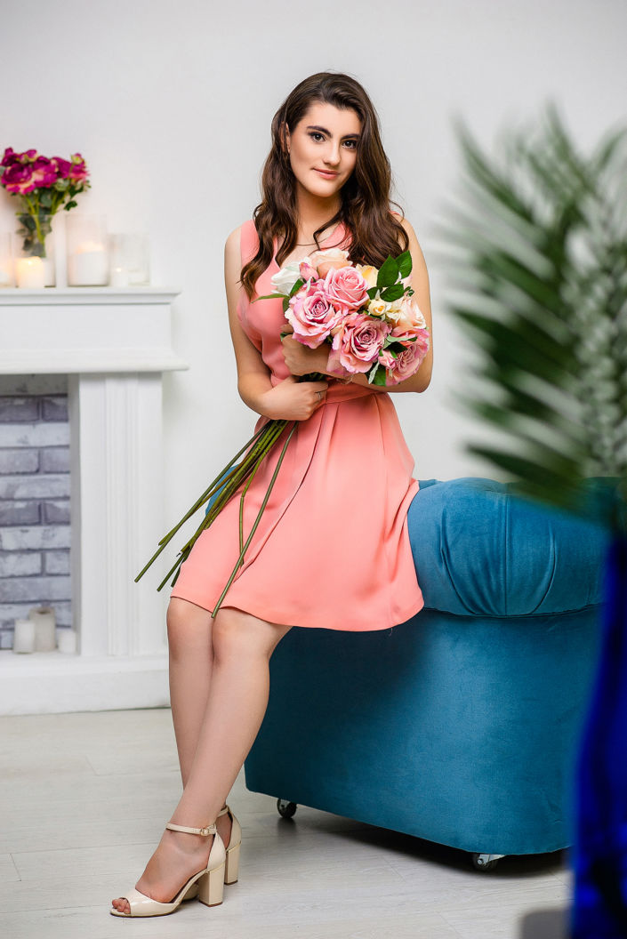 Фотосессия мини, фото в полный рост, девушка в розовом платье с букетом цветов