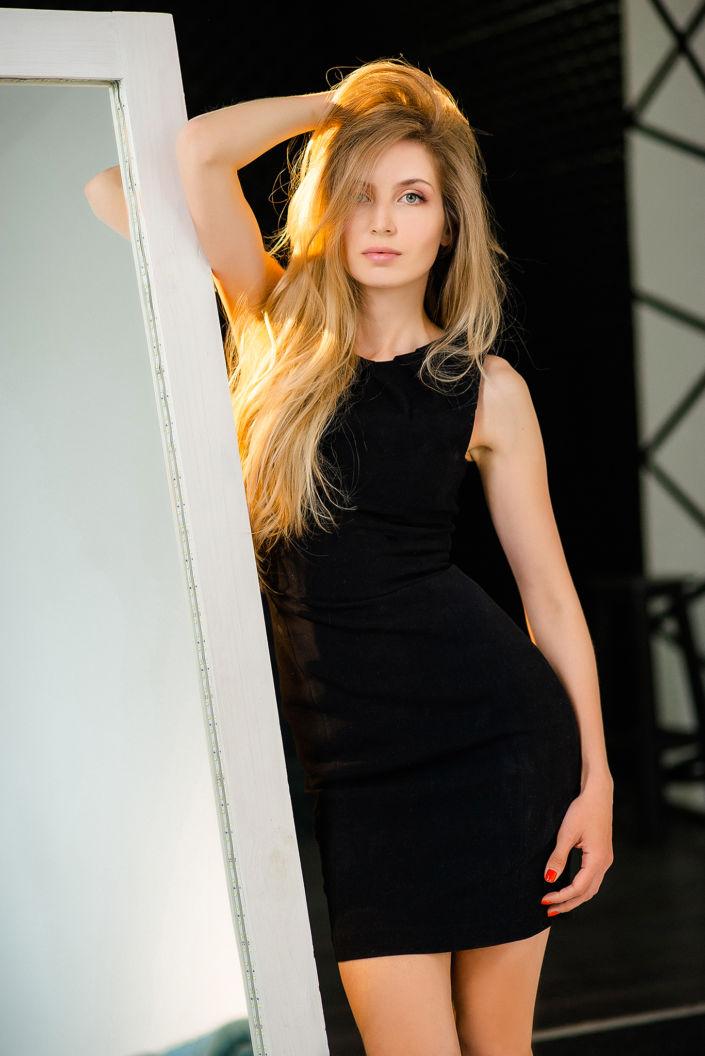 Фотосессия мини, девушка рядом с зеркалом