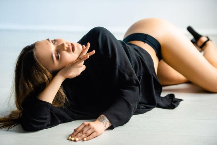 Фотосессия мини, лежащая на полу девушка