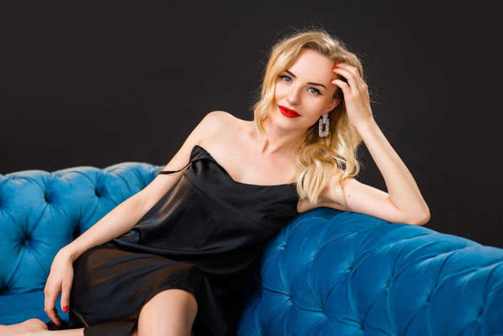 Фотосессия мини, сидящая на диване девушка