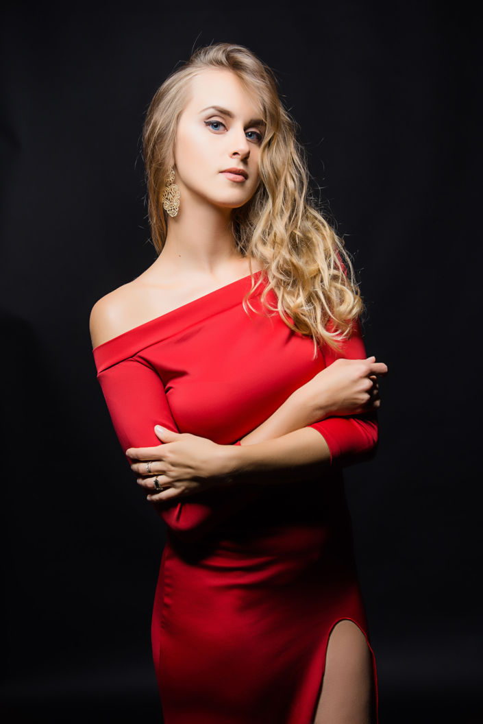 Фотосессия мини, девушка в красном платье на черном фоне