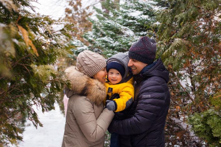 Семейная фотосессия на природе, семья в зимнем лесу