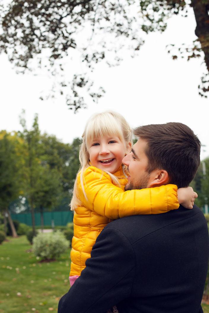Семейная фотосессия, на природе, ребенок на руках у отца
