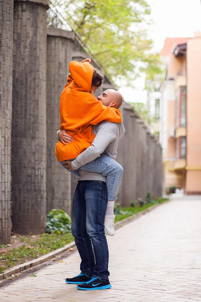 Семейная фотосессия, на природе, пара обнимается в городе