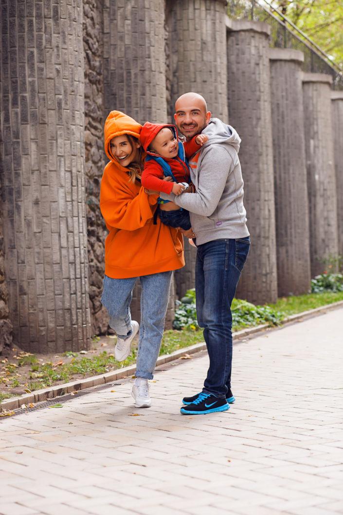 Семейная фотосессия, на природе, семья их трех человек, прогулка в городе