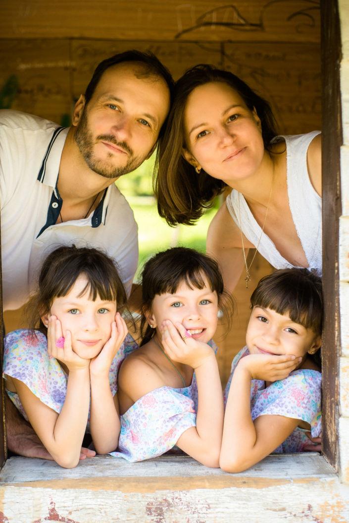 Семейная фотосессия, на природе, семья из пяти человек в окошке