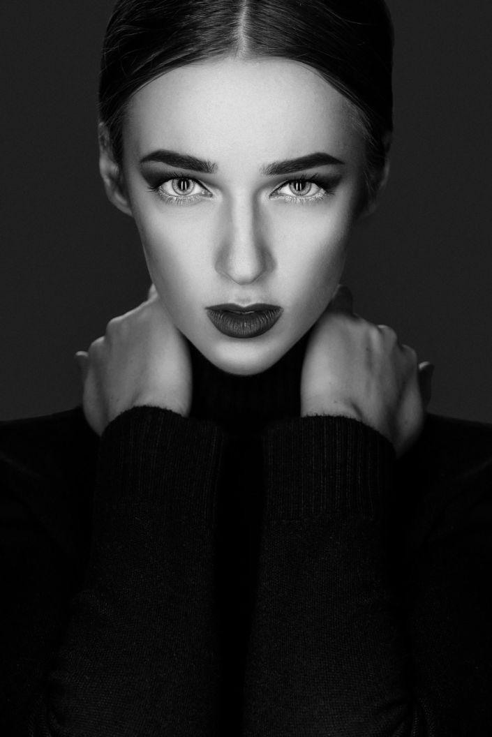 Фотосессия под ключ киев, модель Алиса Постникова, портрет на черном фоне, чб