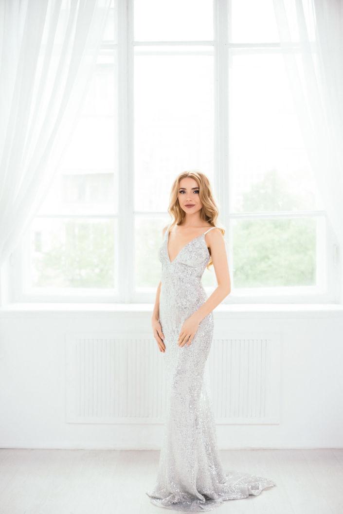 Фотосессия под ключ киев, девушка в белом платье на фоне белого окна ph Постникова