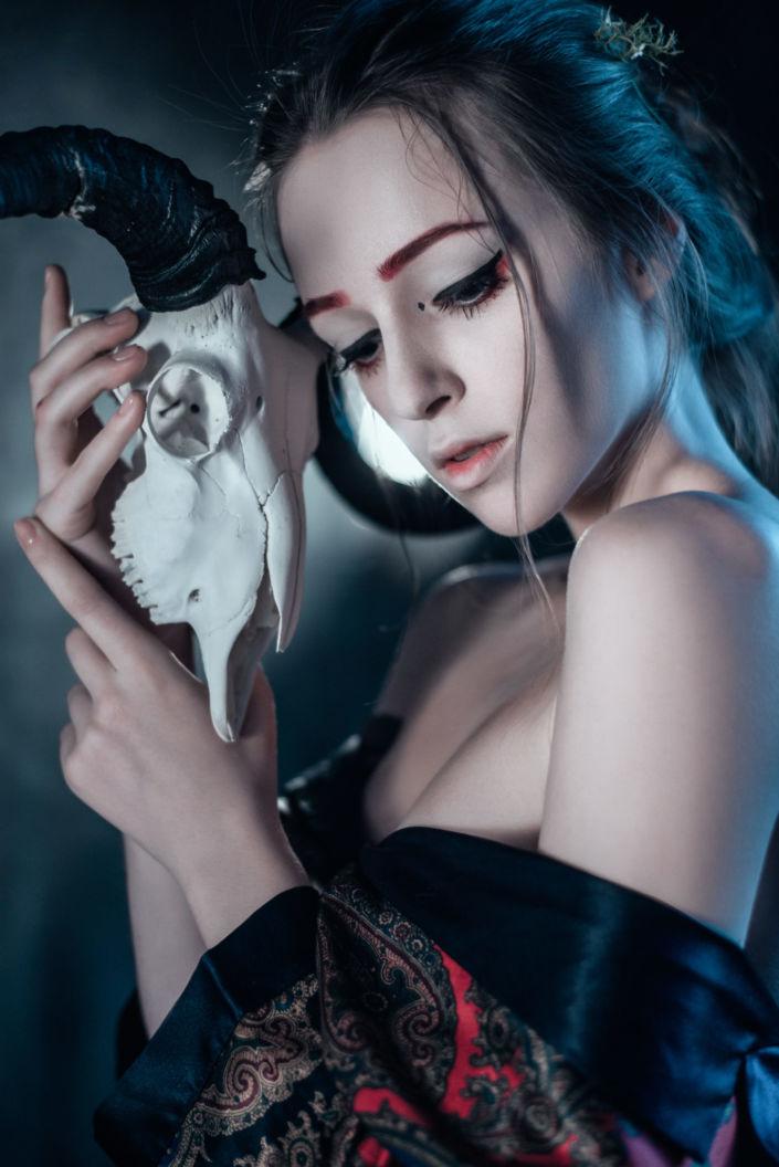 Фотосессия под ключ киев, девушка с черепом козла и в халате 1