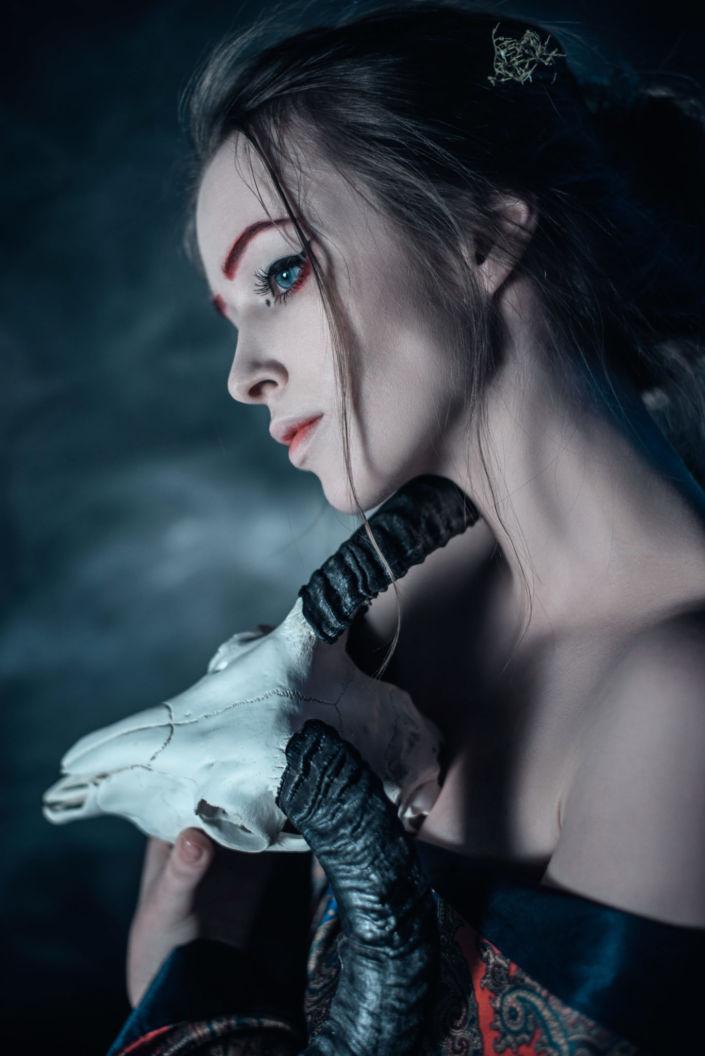 Фотосессия под ключ киев, девушка с черепом козла и в халате 3