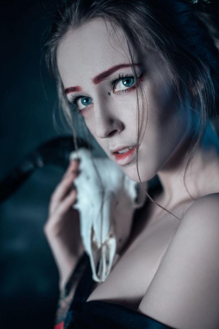 Фотосессия под ключ киев, девушка с черепом козла и в халате 4