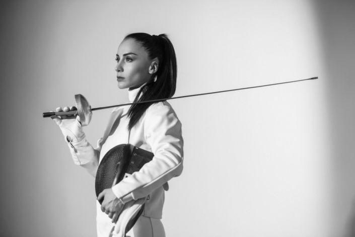 Фотосессия под ключ киев, ph Постникова, девушка в фехтовальном костюме и со шпагой, чб