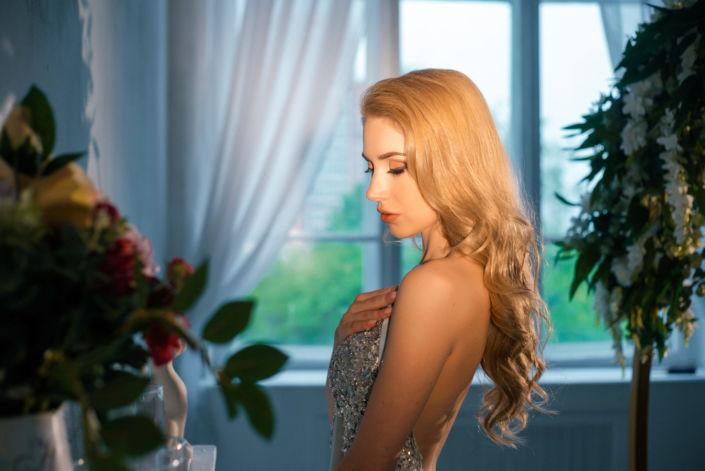 Фотосессия под ключ киев, девушка в белом платье стоит у камина с цветами, ph Постникова