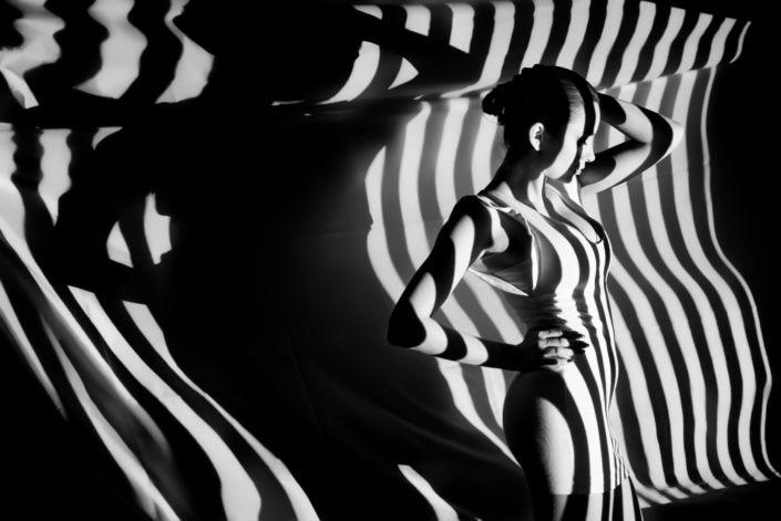 Съемка с проектором, фотосессия с проектором, чб, фон белая полоса на черном фоне 2