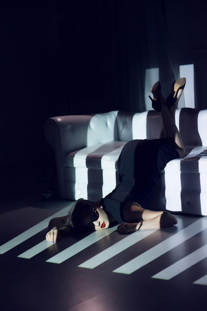 Съемка с проектором, фотосессия с проектором, цвет, девушка на белом диване лежит головой в пол